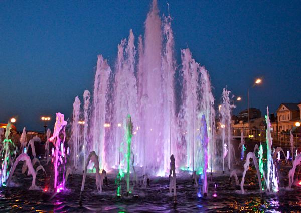 Музыкальный фонтан в Астрахани вечером.