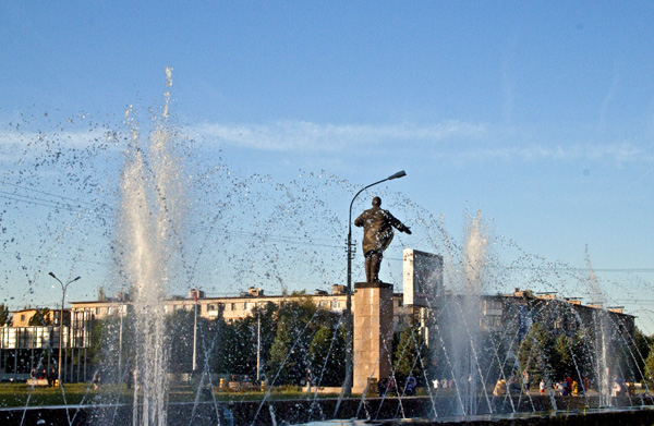 Фигурой площади выступает памятник